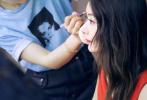 8月26日,赵丽颖工作室晒出一则视频,通过镜头首次展现赵丽颖产后复工工作之余的日常。视频中,唇化妆时的赵丽颖卷发红唇,神仙侧颜精致唯美,状态颇佳。