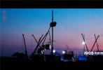 8月27日,由乌尔善执导的神话史诗电影《封神三部曲》发布开机一周年纪念特辑,片方选取了一年中剧组无数个夙夜奋战的平凡?#24067;洌?#20256;递出影片匠心打磨细节、实力造就封神的决心。