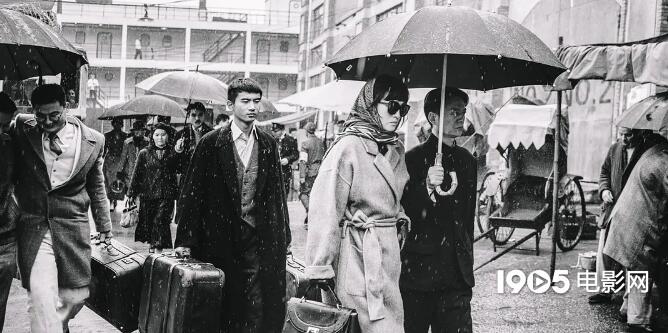 巩俐戴墨镜雨中疾行 《兰心大剧院》曝9秒钟片段