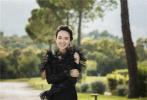 近日章子怡登上《ELLE》杂志10月刊封面,曝出一组丛林风的写真大片。