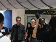 网友威尼斯机场偶遇巩俐 与老公十指紧扣恩爱十足