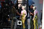 《猛禽小队》片场照曝光 小丑女着装酷炫坐姿霸气