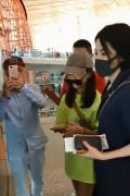王菲母女现身机场引围观 全程护李嫣展现妈妈力!