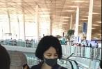 近日,有网友晒出一则在机场偶遇王菲和李嫣母女的视频。画面中,王菲身穿深蓝色套装,简单短发干练清爽;李嫣身穿荧光绿色宽大T恤,头戴棒球帽,皮肤白皙,大玩下衣失踪秀长腿。