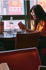 52岁王祖贤独自就餐 穿衣时髦长发披肩气质在线