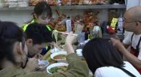 许魏洲、张雪迎、宋祖儿同吃一碗面 不仅有虾还有鲍鱼?!