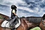 靳東曬照為兒子慶生 5歲兒子戴頭盔騎馬超有范