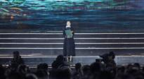 王丽娜凭《第一次的离别》获最佳导演奖 激动登台领奖