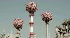 城市出现许多怪物,住在烟囱上,靠着吸废气不断长大