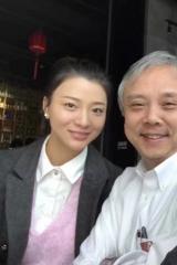 59岁导演陈嘉上官宣得女 去年和相差30岁女友结婚