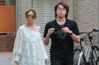 日媒曝滨崎步和男友约会照片 两人牵手走出寿司店