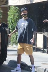 胖了?贾斯汀·比伯驾车出街 穿宽松T恤似有小肚子
