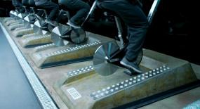 未来世界巨变,人们都被困在玻璃屋,整天只能蹬车发电!