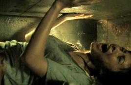 女子被装棺材活埋地下,空间狭窄令人发疯,绝望到无法呼吸!