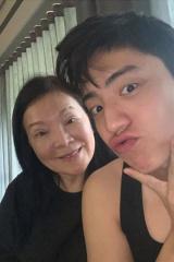 王大陆晒照为母亲冥诞发文:当小天使很开心吧