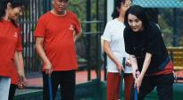 《温暖有光放映队》放映队员参观体育场 姜宏波、凌潇肃门球PK