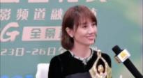 袁泉抵达采访间 双手接过奖杯礼貌又可爱