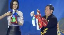 佟丽娅现身中国电影金鸡奖厦门之夜 体验布袋木偶戏