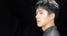 刘昊然《时尚芭莎》拍摄现场 黑红西装侧颜杀尽显潇洒帅气