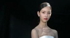 陈都灵《时尚芭莎》拍摄花絮 一席长裙眼神灵动笑容甜美可人
