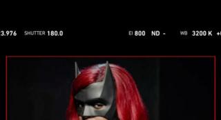 《蝙蝠女俠》第二季造型曝光 猩紅騎士制服全公開