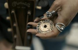 女子得到一枚金币,竟受到奇怪诅咒,所有人见她都疯狂鼓掌!