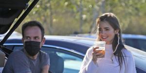 莉莉·柯林斯訂婚后狂放閃 與未婚夫出街難藏笑意