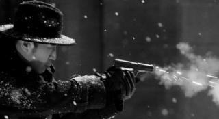 于和偉曬《懸崖之上》角色劇照 雪中持槍身姿矯健