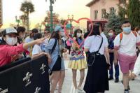 网友北京环球影城偶遇佟丽娅 大赞:真人身材娇小