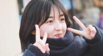 《再见,少年》片场 张子枫笑说道具包太时尚